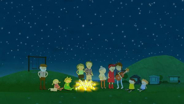 Gemeinsam feiern alle Bewohner der Camping-Siedlung an den Sonnen-Lampen (von links nach rechts: Bauer Jost, Mauzi, Nora, Nele, Mama, Papa, Frau Bonner, Frau Flügger, Tom, Gerrit, Oliver).   Rechte: KiKA/Geronimo Productions