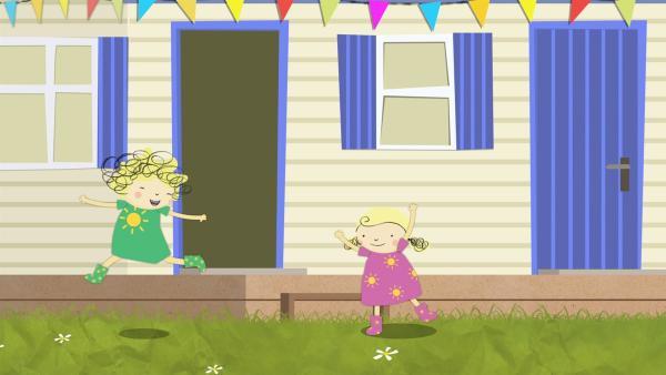 Nele und Nora tanzen zur Musik, die aus einem Haus ertönt. | Rechte: KiKA/Geronimo Productions