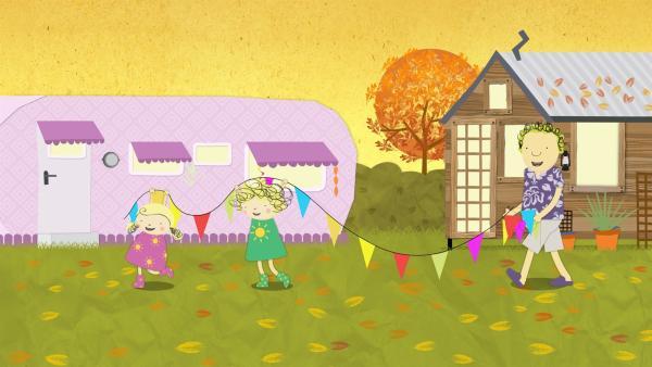 Nora, Nele und Papa bringen die Fähnchenkette für das Ernte-Fest. | Rechte: KiKA/Geronimo Productions