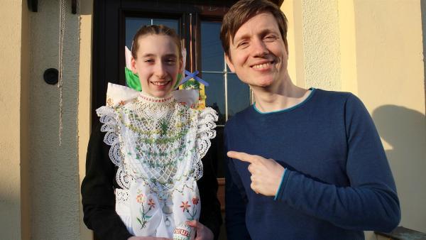 Johannes mit Larissa in Tracht. | Rechte: WDR/tvision
