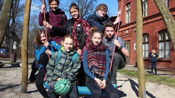 Robert (hinten, rechts) beim Spielplatz-Check mit Mitgliedern des Kinder- und Jugendparlaments in Berlin. | Rechte: WDR/tvision