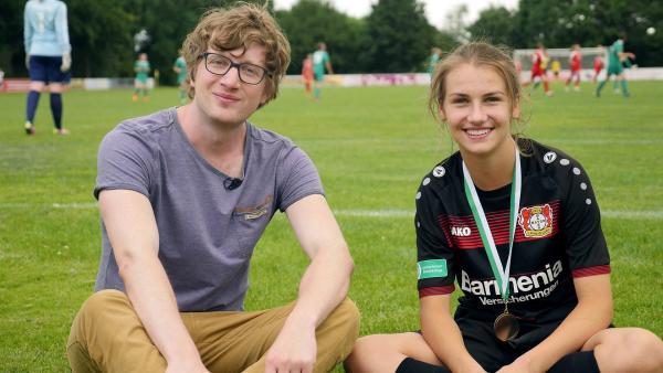 Robert mit Fußballerin Pauline | Rechte: WDR/tvision