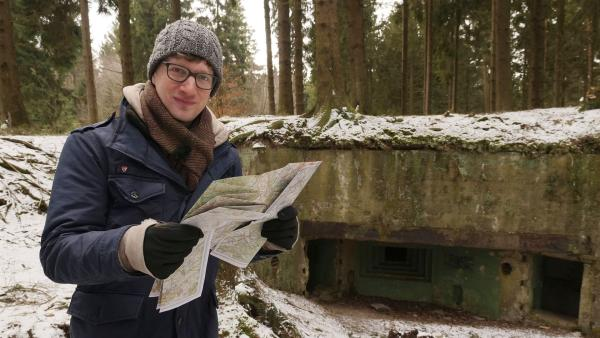 Robert vor dem Eingang eines Weltkriegsbunkers auf dem Buhlert in der Eifel. | Rechte: WDR/tvision