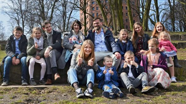 Jana (vorne links) zu Besuch bei der 13-köpfigen Familie Lipinski. | Rechte: WDR/tvision