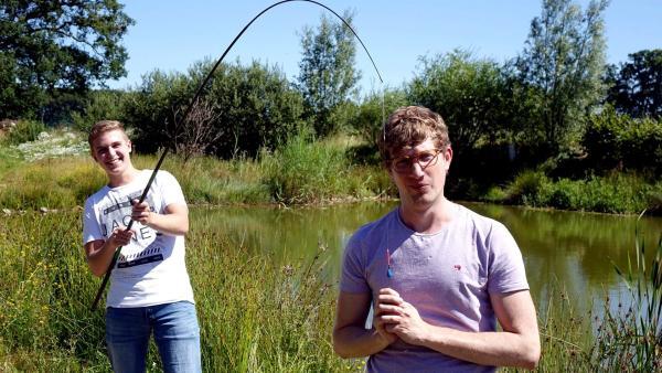 Robert (rechts) gemeinsam mit Jugendangler Luca an einem Teich. | Rechte: WDR/tvision