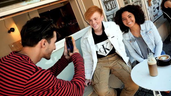 Siham und Instagrammer Erik Scholz werden von Eriks Fotograf in einem Düsseldorfer Café abgelichtet. | Rechte: WDR/tvision