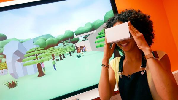 Moderatorin Siham El-Maimouni steht vor einer 3D-Animation und schaut durch die VR-Brille. | Rechte: WDR/tvision