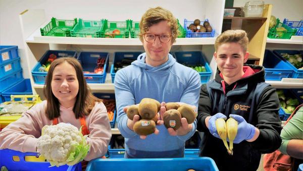 Robert zusammen mit Jacq (re.) und Lara (li.), die bei der Herforder Tafel einen Bundesfreiwilligendienst leisten. | Rechte: WDR/tvision