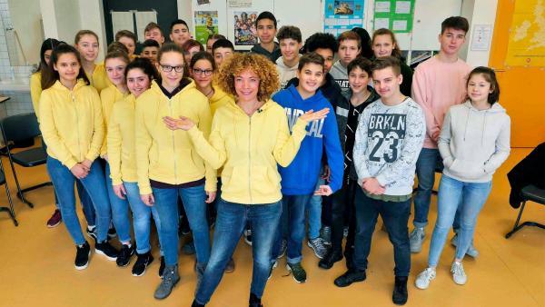 Die Bedeutung von Markenkleidung möchte Gesa durch ein Experiment mit der Klasse 8b der Marie-Kahle-Gesamtschule in Bonn bei neuneinhalb herausfinden. | Rechte: WDR/tvision