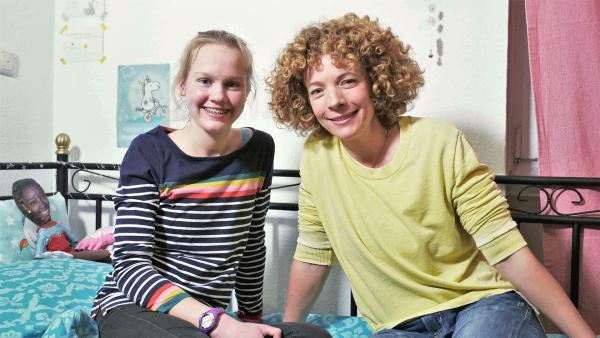 Moderatorin Gesa (rechts) und Neele sitzen zusammen in Neeles Zimmer in einer WG für Mädchen mit Essstörung.  | Rechte: WDR/tvision