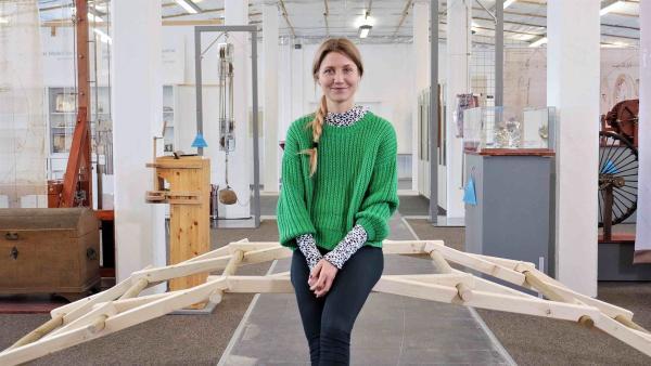 Moderatorin Jana in der da Vinci Manufaktur der FH Bielefeld.  | Rechte: WDR/tvision