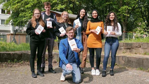 Moderator Robert (vorne) trifft Schüler*innen aus Bonn, die einen Grundgesetz-Slam geschrieben haben.  | Rechte: WDR/tvision
