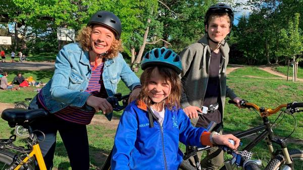 Reporterin Gesa (li.) mit Daina (Mi.) und Philip (re.) am Rande der Kidical Mass, einer Fahrrad-Demo für Kinder in Darmstadt. | Rechte: WDR/tvision