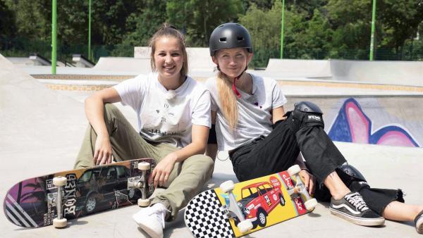 Jana (re.) und Lea (li.) sitzen auf der Skateboard-Rampe. Lea ist im Olympia-Kader für die Disziplin Streetskate. | Rechte: WDR/tvision