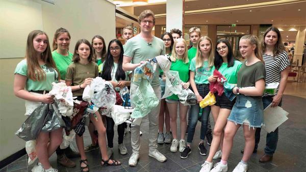 Robert (Mi.) gemeinsam mit den Schülerinnen und Schülern des Gymnasium Rahlstedt in Hamburg bei einer Aktion für den Wettbewerb Energiesparmeister. | Rechte: WDR/tvision