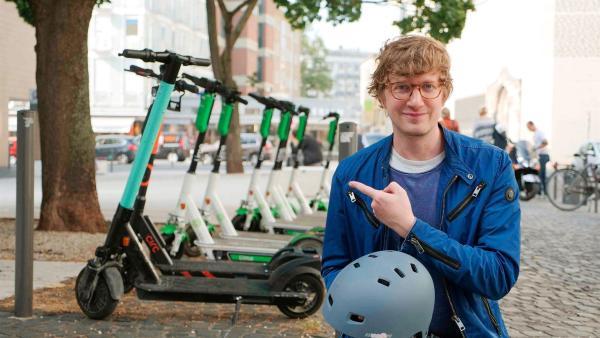 Robert in einer Fußgängerzone mit Elektro-Rollern | Rechte: WDR/tvision
