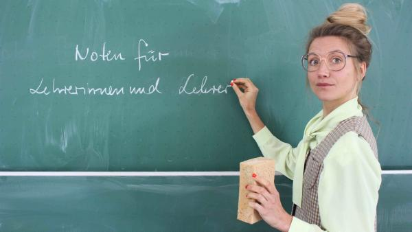 Jana steht als strenge Lehrerin verkleidet mit Schwamm und Kreide an der Tafel. Sie besucht die Robert-Bosch-Gesamtschule in Hildesheim und will wissen, wie guter Unterricht geht. | Rechte: WDR/tvision