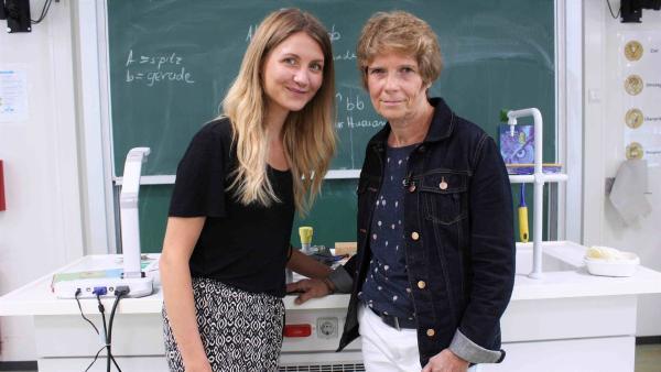 Jana und die Lehrerin Cornelia Wilfert stehen im Chemie-Raum. Frau Wilfert wurde als eine der besten Lehrerinnen Deutschlands ausgezeichnet. | Rechte: WDR/tvision