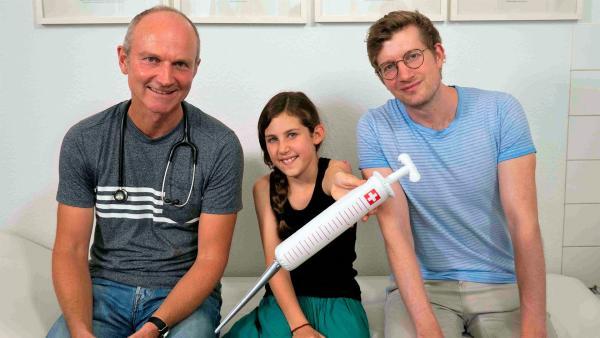 Robert (re.) mit dem Kinderarzt Dr. Höffer-Belitz (li.) und der zehnjährigen Lille. | Rechte: WDR/tvision