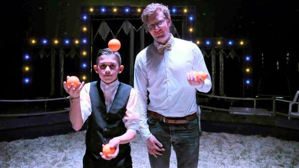 Robert (re.) und Miguel (li.) stehen in der Manege des Zirkus Amany. | Rechte: WDR/tvision