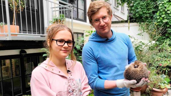 Wie wildert man eigentlich einen Igel aus? Sina (li.) zeigt Robert (re.) die Igelstation, in der auch Igel Eddi gerettet wurde. | Rechte: WDR/tvision
