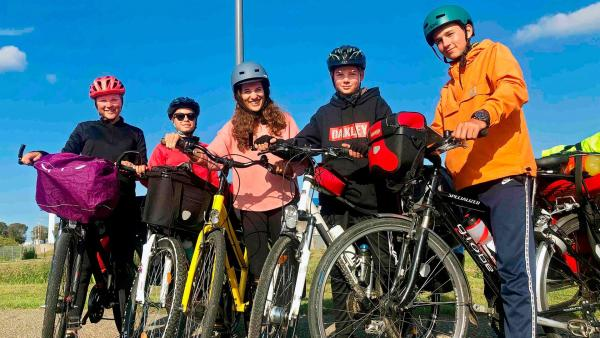 Gleich machen sich Lara, Guilia, neuneinhalb-Reporterin Mona, Titus und Felix (v.l.n.r.) auf zur Fähre auf die niederländische Insel Texel. | Rechte: WDR/tvision