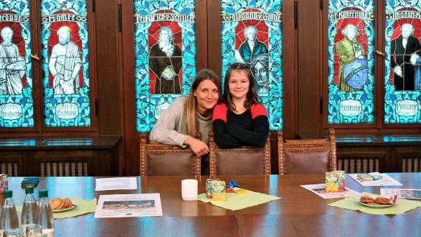 Reporterin Jana (li.) besucht die Thalheimer Kinderbürgermeisterin Nikita (re.). | Rechte: WDR/tvision