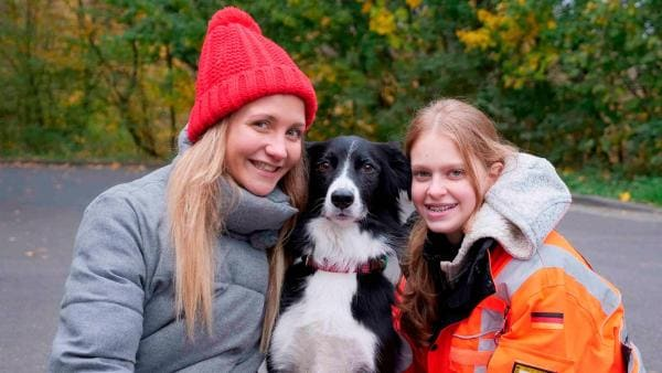 Reporterin Jana (li.) trifft Celina und ihre Rettungshündin Lexi. Lexi ist ein Flächensuchhund und kann zum Beispiel vermisste Personen im Wald aufspüren. Doch das bedeutet für Celina und Lexi viel Training. | Rechte: WDR/tvision