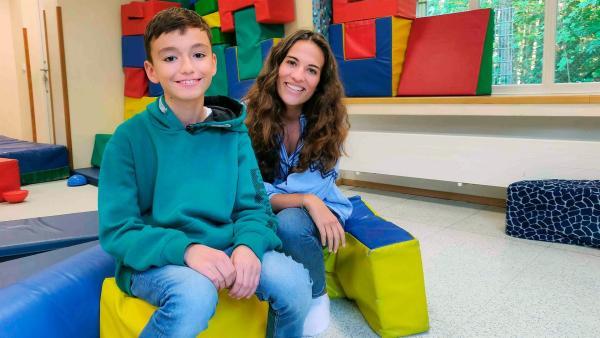 Mona begleitet Nikola bei seiner ehrenamtlichen Tätigkeit in einer Kita. | Rechte: WDR/tvision