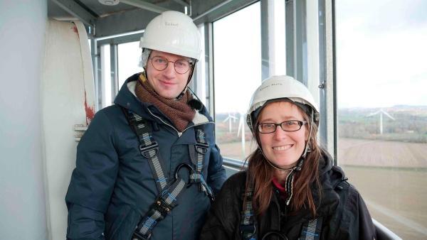Wie wird Strom auf 63 Meter Höhe gewonnen? Das erfährt Robert von Elanor Kluttig. | Rechte: WDR/tvision
