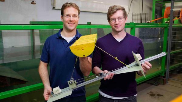Strom aus Wellenenergie - in fünf bis zehn Jahren ist das wahrscheinlich keine Zukunftsvision mehr! Robert (re.) und Jan Peckolt (li.) halten das Modell einer Wellenkraftanlage. | Rechte: WDR/tvision
