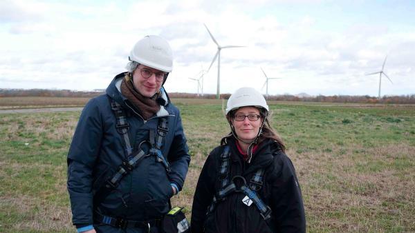 Robert und Elanor Kluttig im EuroWindPark. Die Windenergie ist ein wichtiger Teil der Energiewende. | Rechte: WDR/tvision