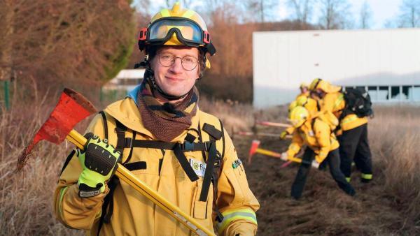 Reporter Robert nimmt an einer Übung zur Waldbrandbekämpfung teil. | Rechte: WDR/tvision