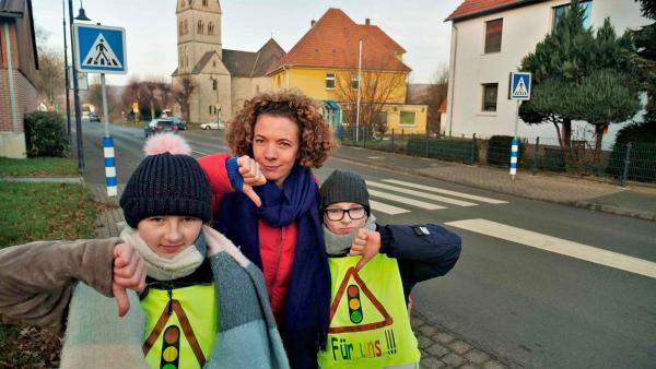 Reporterin Gesa trifft Linus und Lena an einer gefährlichen Straße. Mithilfe einer Petition wollen die beiden, dass hier eine Ampel gebaut wird. | Rechte: WDR/tvision