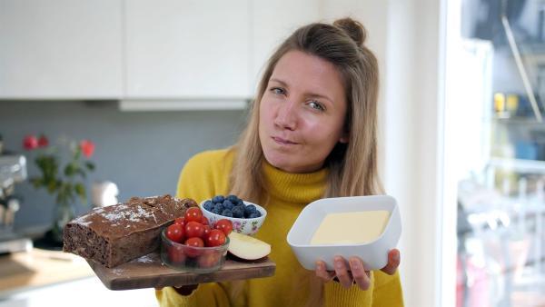 Wie klimafreundlich ist mein Butterbrot? Reporterin Jana überprüft einen Tag lang ihren persönlichen CO2-Verbrauch. | Rechte: WDR/tvision