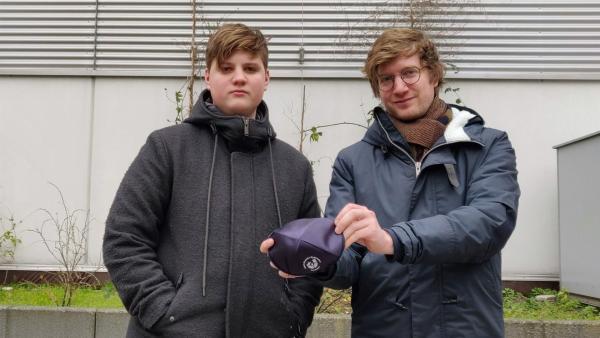 Reporter Robert (re.) besucht gemeinsam mit dem 14-jährigen Alex dessen Schule, das Jüdische Gymnasium in Düsseldorf. | Rechte: WDR/tvision