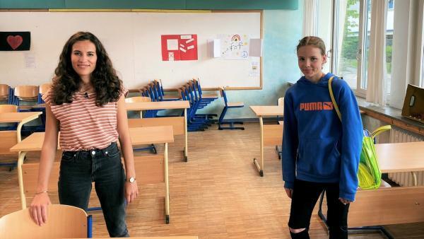 Schülerin Anne (re.) zeigt Mona, wie das Coronavirus ihren Schulalltag verändert hat. | Rechte: WDR/tvision