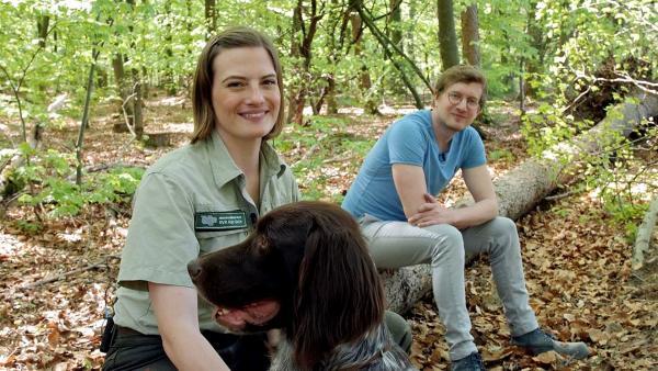 Försterin Andrea und Hund Cuno zeigen Robert, wie fit ihr Wald ist. | Rechte: WDR/tvision