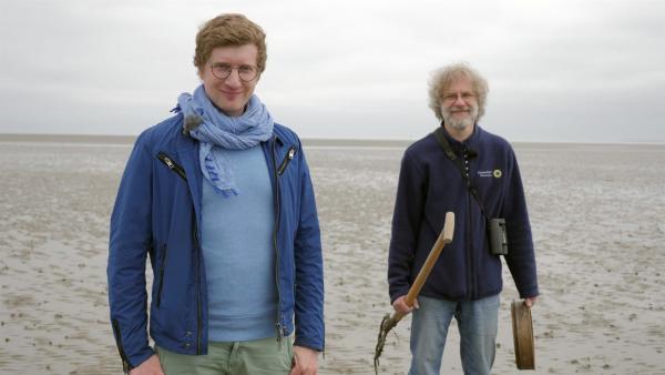 Wattökologe Dr. Gregor Scheiffarth (r) zeigt heute Robert was alles im Watt lebt – bei Ebbe und bei Flut. | Rechte: WDR/tvision
