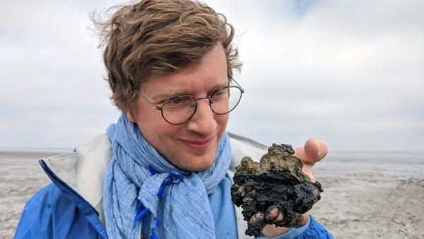 Wattwurm-Kacke ist besonders sauberer Sand. Das erfährt Robert heute bei seiner Expedition Wattenmeer. | Rechte: WDR/tvision