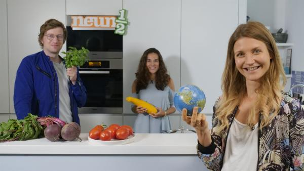 Robert, Mona und Jana (v.l.) wollen herausfinden, wie sie sich nicht nur gesund, sondern auch umwelt- und klimafreundlicher ernähren können. | Rechte: WDR/tvision