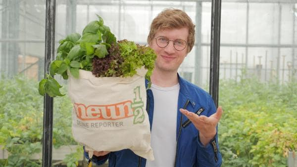 Robert mit einem Beuztel voll frischem Gemüse | Rechte: WDR/tvision