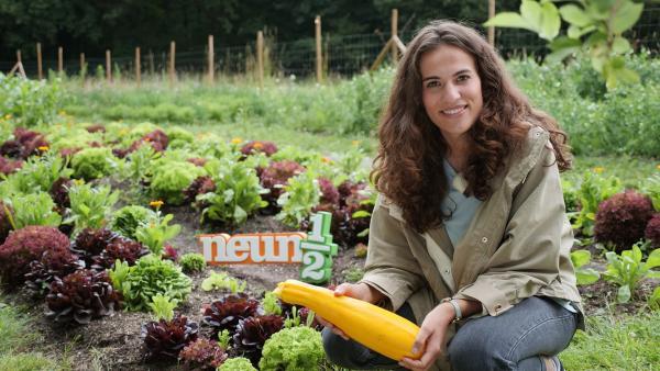 Mona mit Zuchini in einem Permakulturgarten | Rechte: WDR/tvision