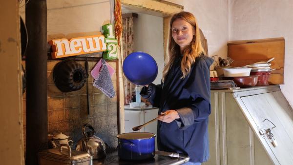 Jana an einer historischen Kochmaschine | Rechte: WDR/tvision