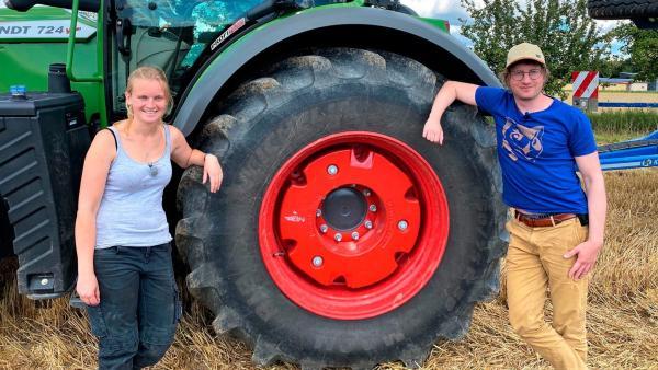 neuneinhalb-Reporter Robert darf einen Tag lang die Landwirtin Anni (li.) bei ihrer Arbeit unterstützen. | Rechte: WDR/tvision