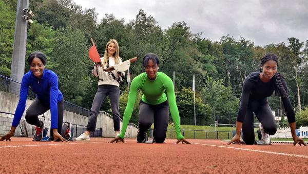 Jana (hinten) trifft die Drillinge Dorina, Dorinda und Dörte. Die drei sind talentierte Leichtathletinnen. | Rechte: WDR/tvision