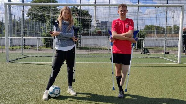 Wie spielt man Fußball mit nur einem Bein? Reporterin Jana trifft den Amputierten-Fußballer Jamie und lernt Kicken mit Krücken. | Rechte: WDR/tvision