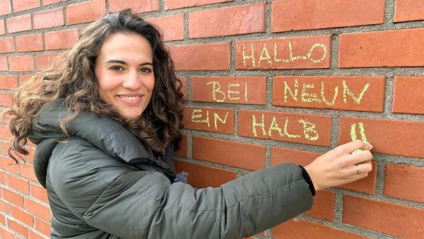 Reporterin Mona will herausfinden was an unserer Handschrift so besonders ist. | Rechte: WDR/tvision