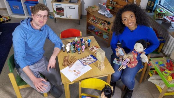 Buntstifte in allen Hauttönen und eine schwarze Kinderpuppe - Antirassismus- Expertin Anne Chebu zeigt Robert, wie bunt und vielfältig ein Kinderzimmer sein kann. | Rechte: WDR/tvision