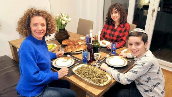 Yoel und Thalia zeigen Gesa wie sie die Feier des Schabbats vorbereiten. In ihrem Leben als Jüd*innen sind Freunde, Familie und die Gemeinschaft für sie besonders wichtig. | Rechte: WDR/tvision